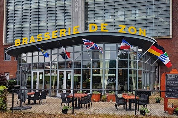 De gevel en terras van Brasserie De Zon